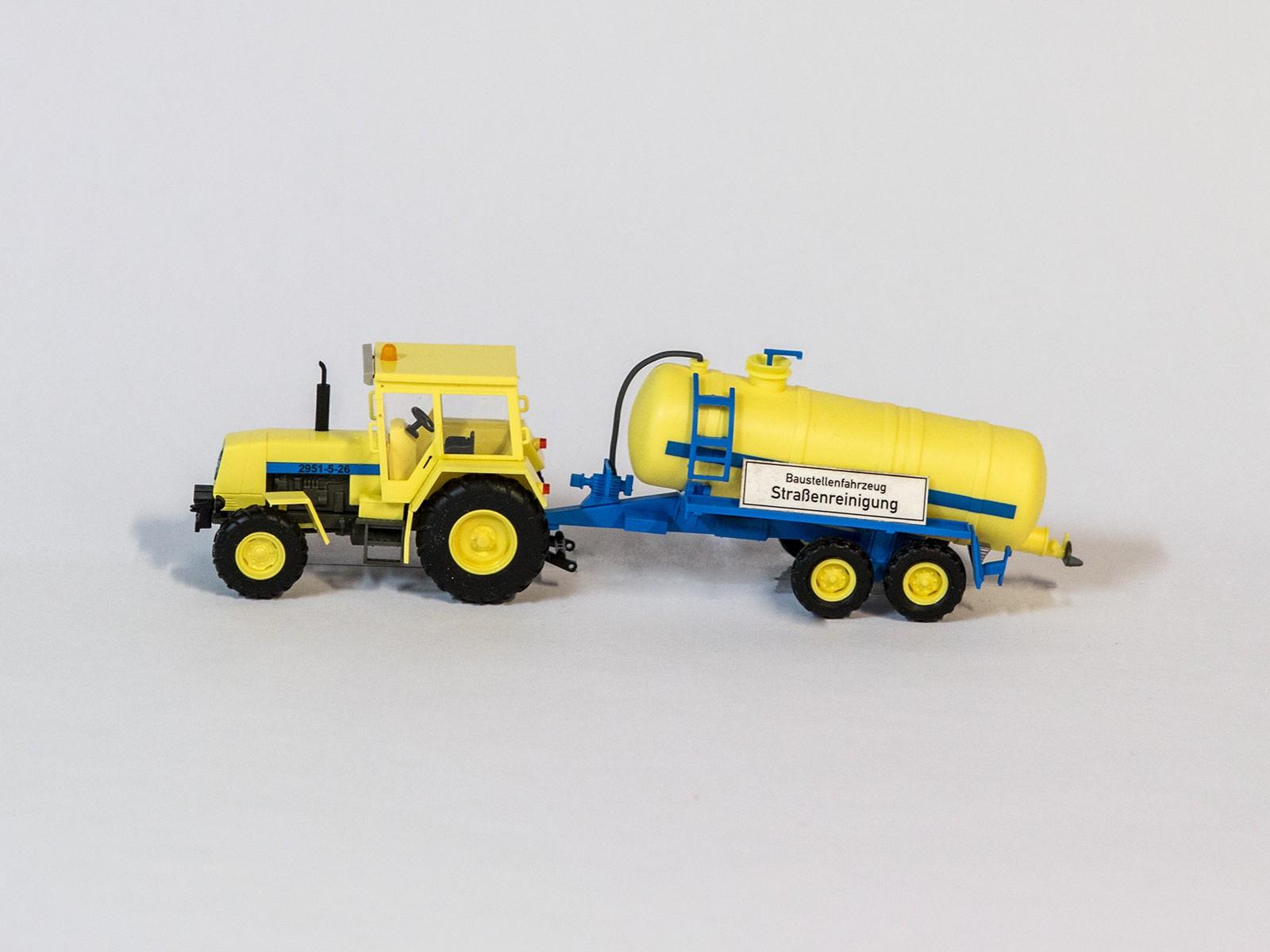 """Busch 50410 Traktor """"Fortschritt"""" ZT323 mit Tankanhänger"""